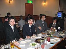 入社式後は楽しく食事会
